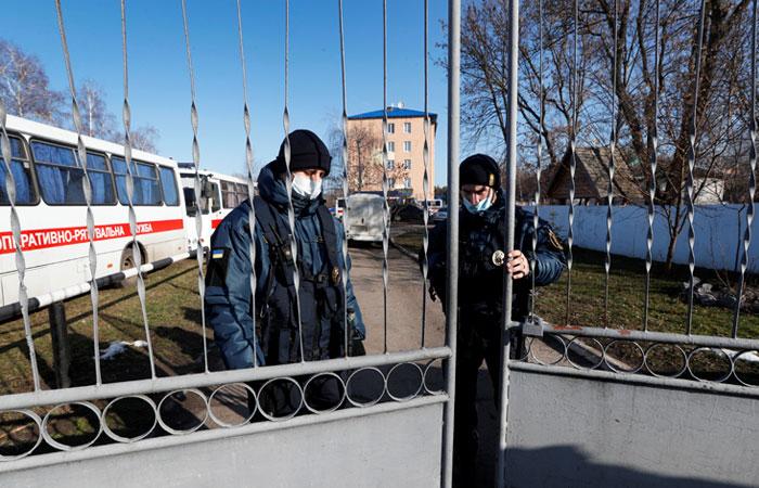 """Зеленский посетовал на """"средневековую"""" реакцию на прибытие эвакуированных из Китая"""