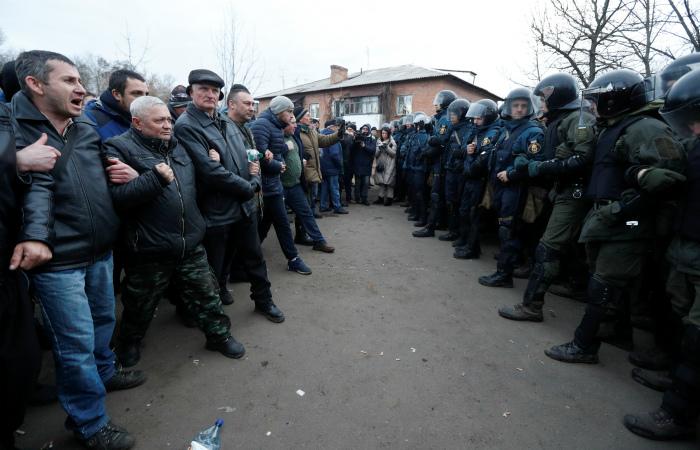 """Украинская полиция """"взяла в кольцо"""" санаторий с эвакуированными из Китая"""