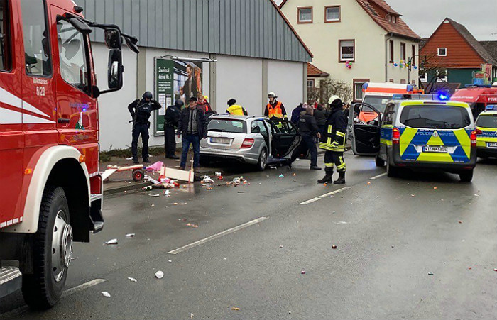 При наезде машины на шествие в Германии пострадали более 30 человек