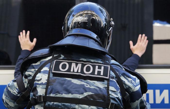 Суд снова оштрафовал дизайнера, которому сломали ногу на Тверской перед акцией 27 июля