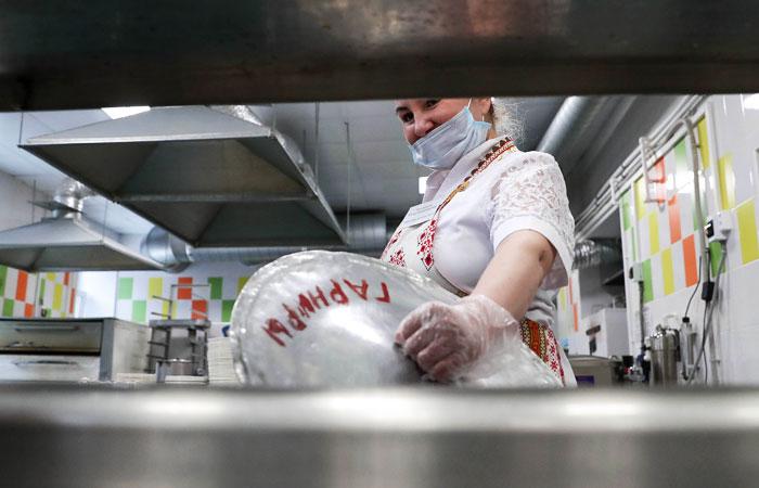 Роспотребнадзор обязал персонал ресторанов носить маски из-за коронавируса