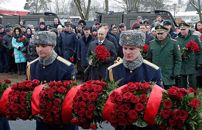 Путин в Пскове возложил цветы к памятнику погибшим в Аргунском ущелье десантникам