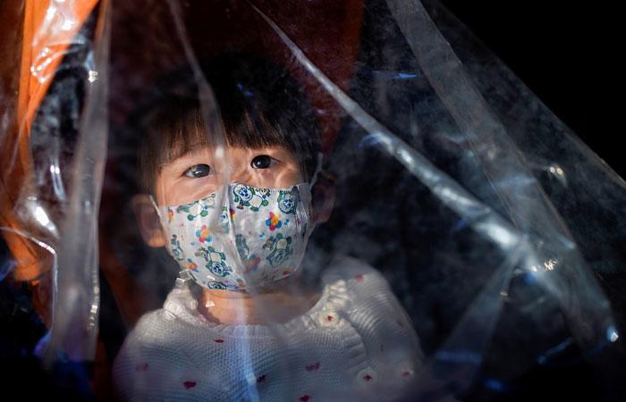 Ученые выяснили, что дети и взрослые одинаково рискуют заразиться COVID-19