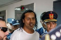 Чемпион мира по футболу Рональдиньо арестован в Парагвае за фальшивый паспорт