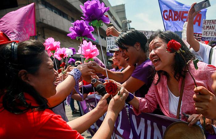 В странах Азии тысячи человек не побоялись коронавируса и вышли на демонстрации 8 марта