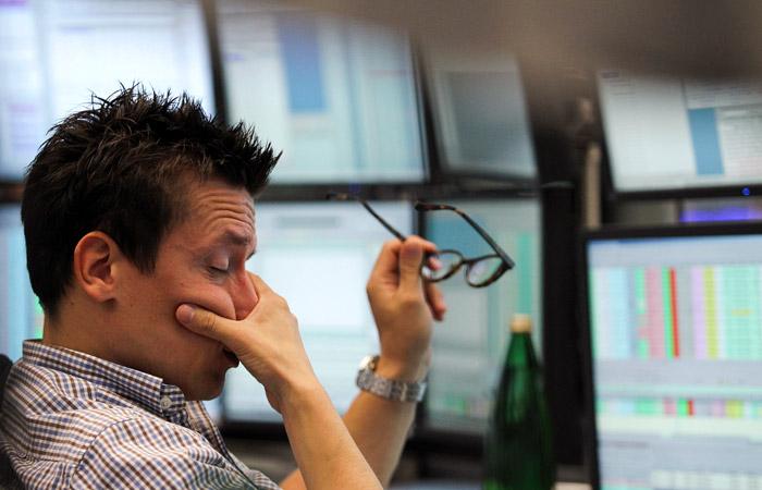 Рынок акций РФ открылся обвалом индексов Мосбиржи и РТС на 10-10,9%