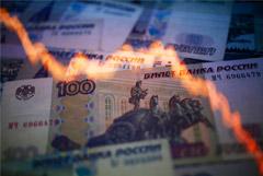 Рубль усилил падение в среду вечером вслед за нефтью и мировыми рынками