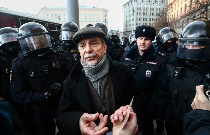 Правозащитник Пономарев избежал сотрясения мозга после избиения в полиции
