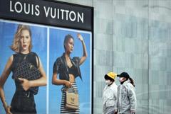 Владелец Louis Vuitton начнет производить антисептик для борьбы с коронавирусом