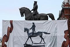На Манежной площади заменили памятник Жукову - он теперь отдает честь