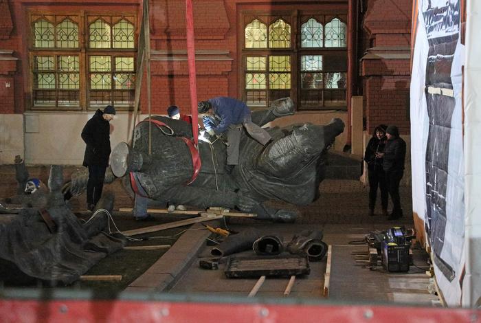 Копию памятника Жукову убрали с Манежной площади в Москве