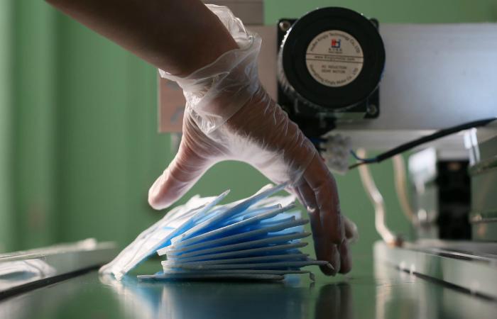 Российские швейные предприятия начали шить медицинские маски