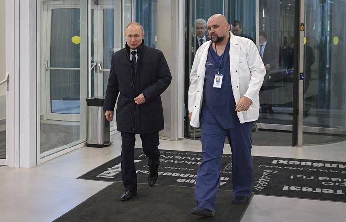 Песков рассказал, как защищали Путина во время визита в больницу в Коммунарке
