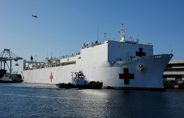 В Лос-Анджелес прибыл плавучий госпиталь ВМС США
