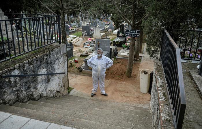 В Испании за сутки умерли 832 пациента с коронавирусом