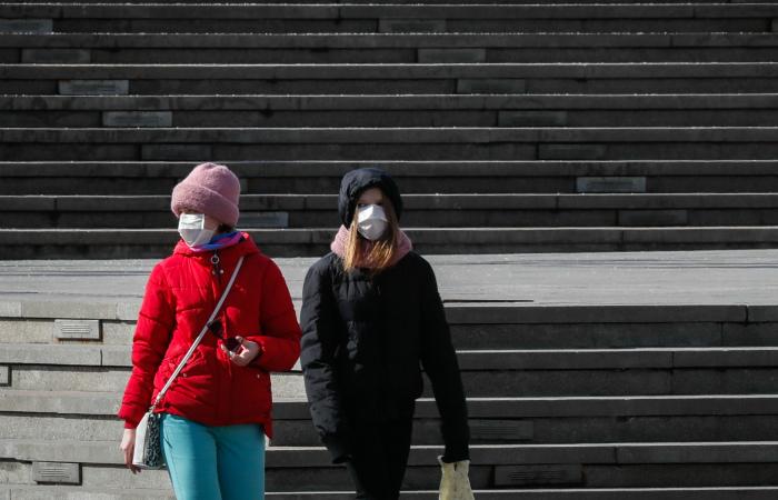 Россия заключила с Китаем контракт на поставку защитных костюмов и масок