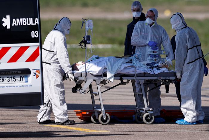 Во Франции число смертей среди зараженных COVID-19 превысило 8 тыс.