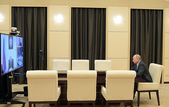 Песков не стал связывать удаленный режим работы Путина с болезнью главврача Коммунарки
