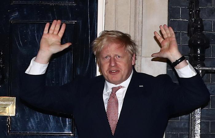 Заразившегося коронавирусом британского премьера госпитализировали