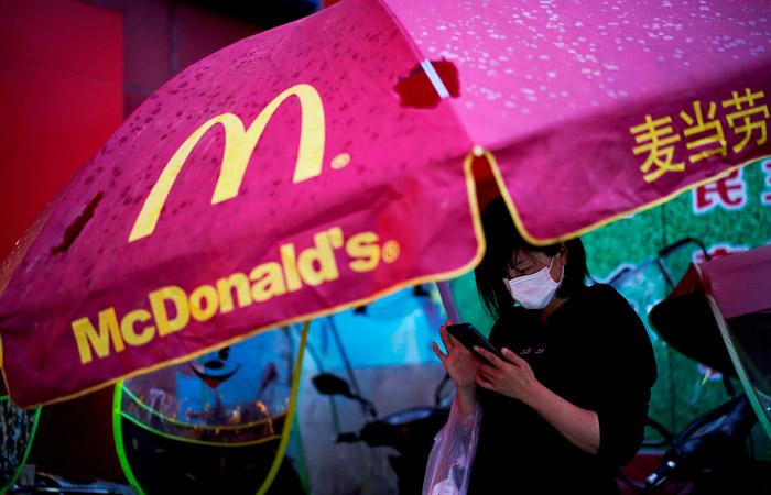 Продажи McDonald's упали в марте почти на четверть