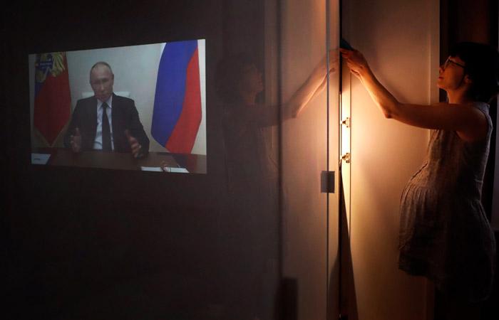 """Путин призвал россиян выдержать испытания самоизоляции, так как """"выбора сейчас нет"""""""