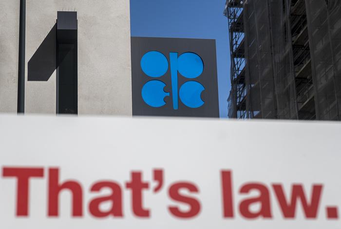 Страны ОПЕК+ договорились о снижении нефтедобычи на 9,7 млн б/с