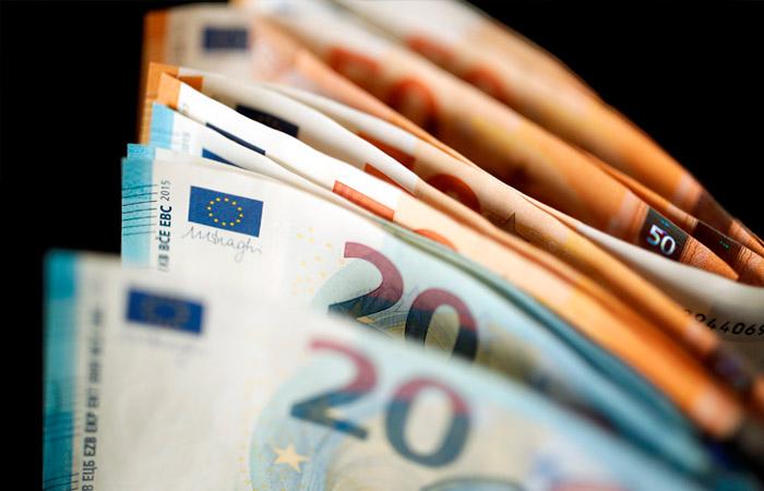 Евро впервые с 3 апреля поднялся выше 84 рублей