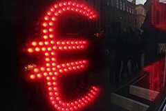 Курс евро поднялся выше 83 рублей
