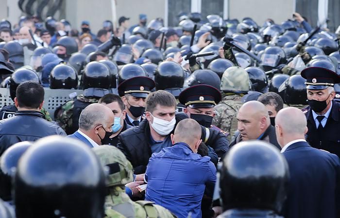 Песков назвал митинг во Владикавказе опасным с эпидемиологической точки зрения