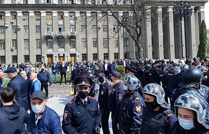 Во Владикавказе арестовали шестерых протестовавших против изоляции на митинге