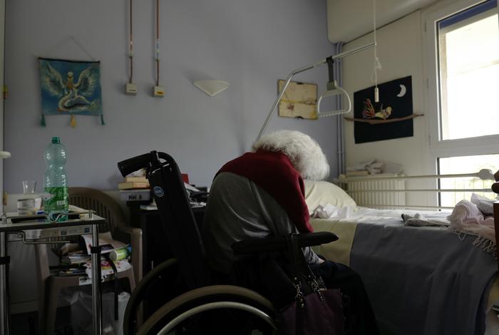 Во Франции зафиксировали снижение числа госпитализированных с COVID-19