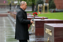 Президент РФ возложил цветы к могиле Неизвестного солдата