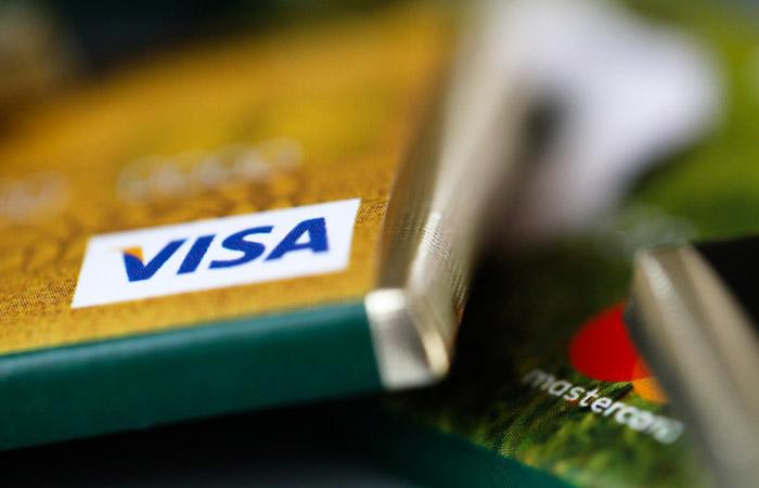 Банки начали сокращать лимиты по действующим кредитным картам