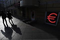 Евро опустился ниже 79 рублей впервые с 6 марта