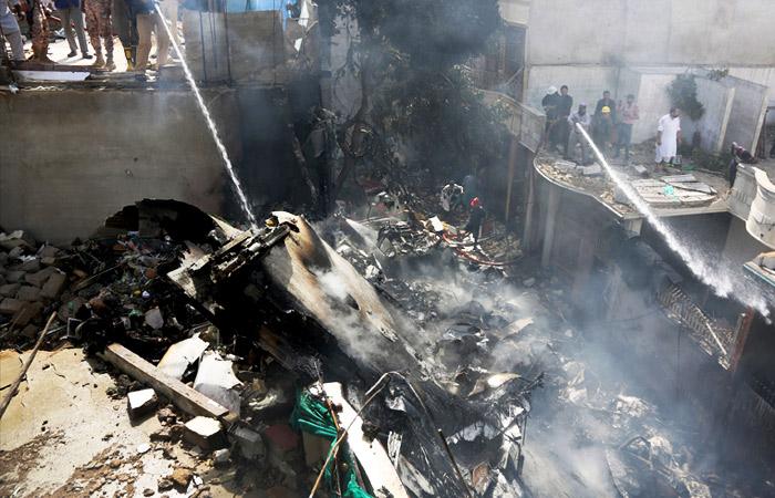 В результате крушения самолета в Пакистане погибли по меньшей мере 107 человек