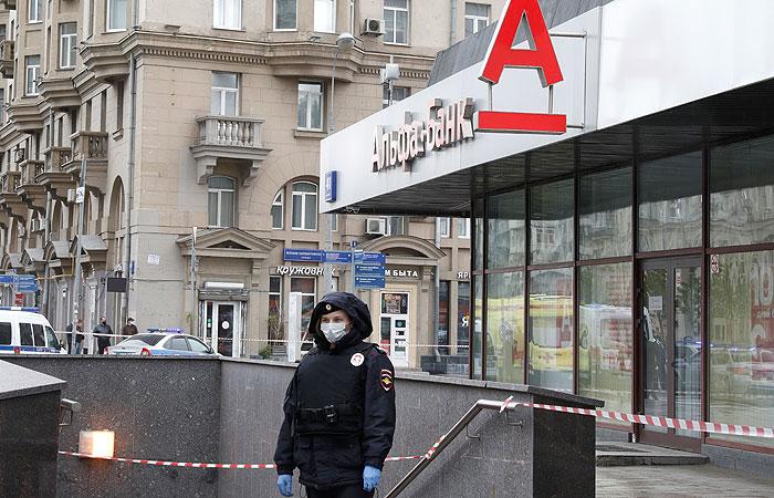 """Полиция около офиса """"Альфа-банка"""" на улице Земляной Вал, который захватил злоумышленник"""