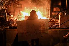 Протестующие в Миннеаполисе сожгли полицейский участок