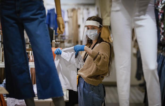 Магазинам в Москве рекомендовали дезинфицировать одежду и кабинки после каждой примерки