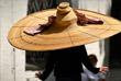 3 июня. Дизайнер Ники Марквардт из Мюнхена создала шляпу диаметром 1,5 метра для соблюдения социальной дистанции.