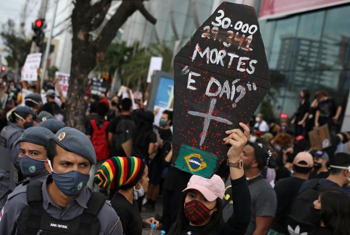 """В Бразилии установлен новый """"рекорд"""" смертности от коронавируса за сутки"""