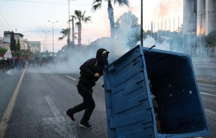 """Посольство США в Афинах забросали камнями и """"коктейлями Молотова"""""""