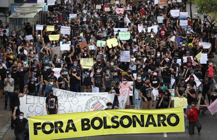 Президент Бразилии пригрозил выйти из ВОЗ за совет вернуть ограничения
