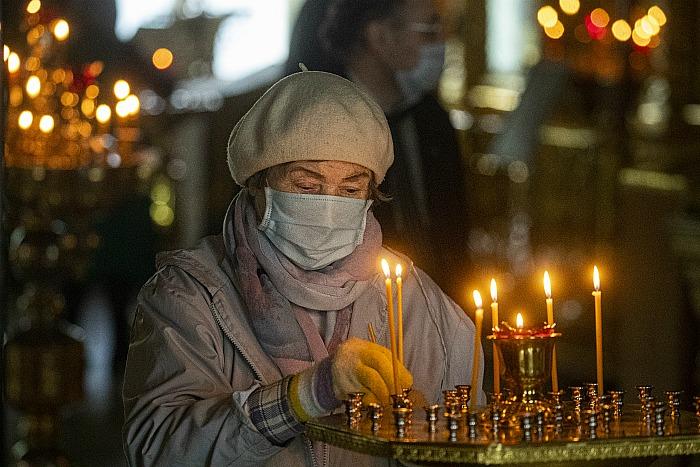 РПЦ будет пускать в храмы только прихожан в масках