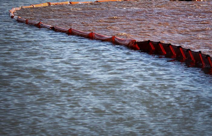 На Таймыре солярка разлилась за пределы боновых заграждений на реках
