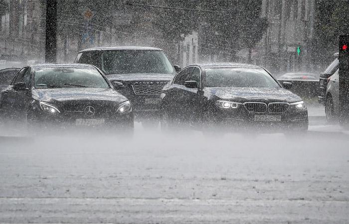 МЧС предупредило жителей столицы о грозе и граде во вторник