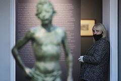 В российских музеях после их открытия введут масочно-перчаточный режим
