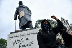 Борис Джонсон отверг требования протестующих о сносе памятников великим британцам