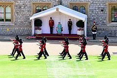 Официальный день рождения Елизаветы II отметили скромным военным парадом
