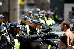 Тысячи протестующих вышли на демонстрации в Лондоне