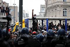 На акции против расизма в Париже полиция применила слезоточивый газ